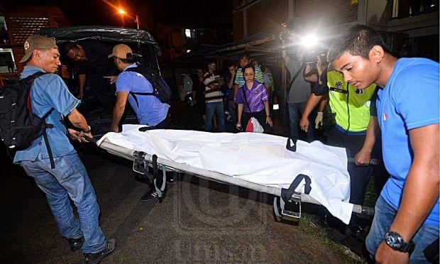 anggota polis mengangkat mayat seorang wanita yang mati ditikam