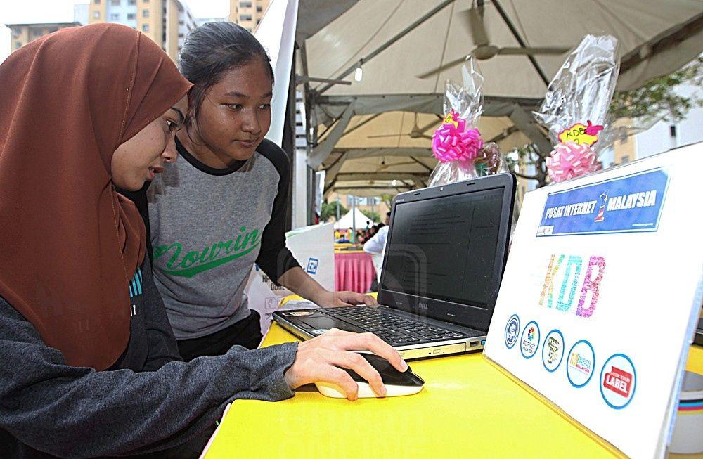 dua remaja tidak melepaskan peluang menyertai pertandingan kuiz klik dan bijak anjuran pusat intern