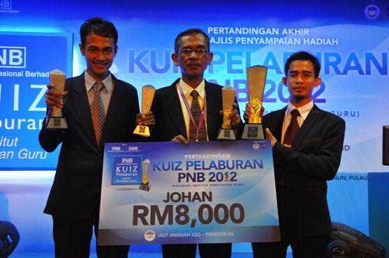 dua peserta dari ipg ktb yang telah berjaya menjadi juara pertandingan akhir menerima hadiah daripad yabhg tun ahmad sarji