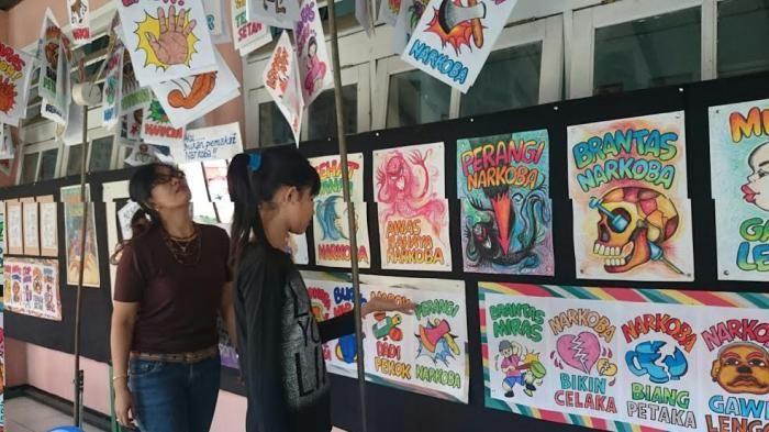 lihat poster poster antinarkoba karya siswa smpn 5 purwokerto ini