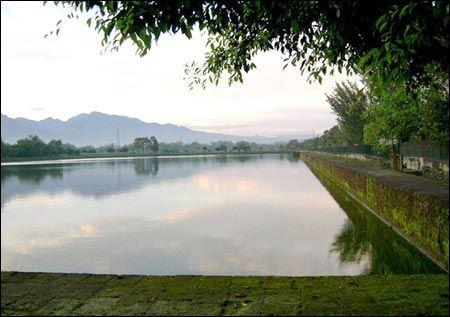 kolam ini berukuran panjang 375 meter dan lebar 175 meter dan dalamnya sekitar 3 meter membujur arah timurlaut baratdaya