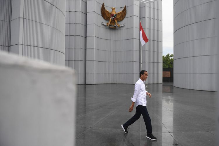 presiden joko widodo saat berada di monumen perjuangan kota bandung jawa barat minggu