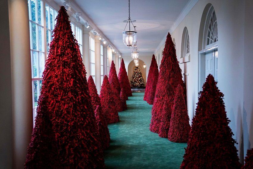 ibu negara melania trump memilih tema natal gedung putih 2018 american treasures lebih dari 40 pohon topiary merah berjajar di koridor east colonnade