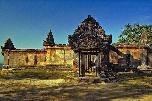 beliau berdarah melayu sri dharmaraja dari sebelah bapa bapanya raja nagara sri dharmaraja ligor telah mengahwini seorang gadis khmer