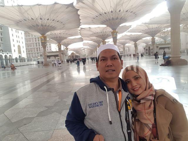 pelataran masjid nabawi dengan payung cantiknya dan pasangan yang lagi berbahagia uhuk