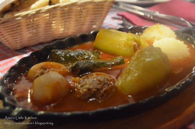 dalam hidangan ini pelbagai bungkusan dicampur tetapi isinya seakan sama iaitu daging cincang yang bergulung hijau tu daun anggur yang bulat kecil sedikit