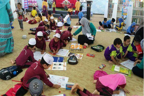 pertandingan mewarna jalur gemilang di perpustakaan awam pasir puteh