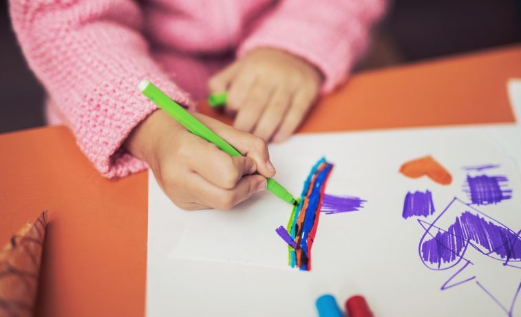 kebanyakan restoran kini memberikan kertas mewarna dan pensel warna untuk kanak kanak namun bukan semua restoran