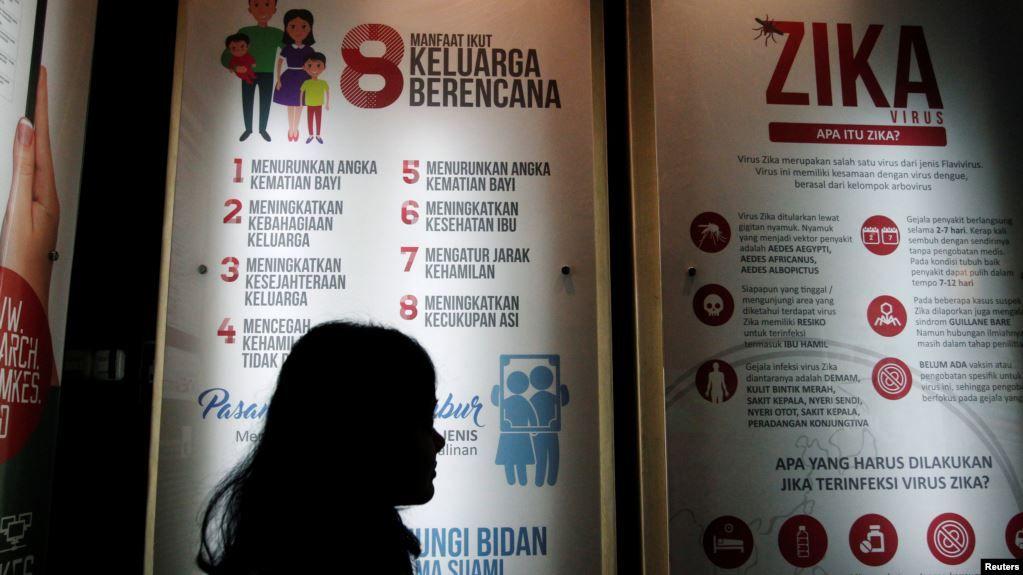 poster informasi mengenai virus zika di kantor kementerian kesehatan di jakarta foto ilustrasi